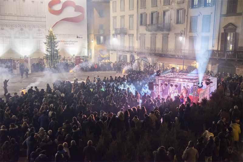 Capodanno tra musica e show tanti turisti in piazza for Case capodanno bergamo