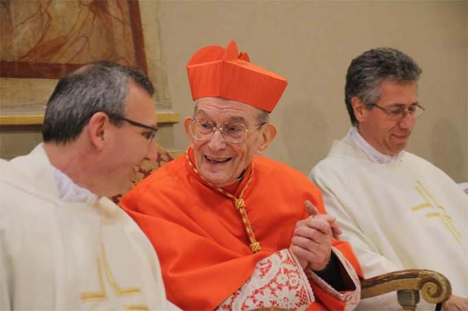 Il cardinale Loris Capovilla sorridente in chiesa