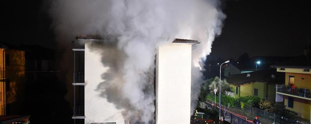 Villongo brucia l auto in garage due appartamenti sono for Costruttori di appartamenti garage