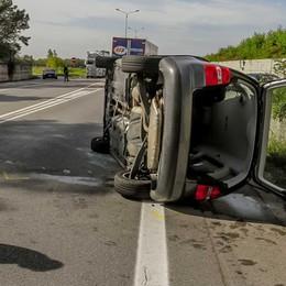 Auto ribaltata sull'Asse Feriti e traffico in tilt - Foto e video