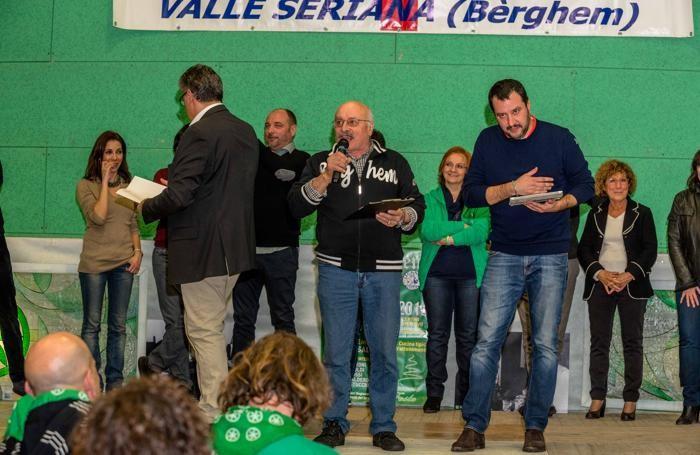 Salvini alla bèrghem frècc scivola su profughi e chiesa