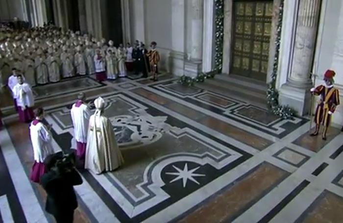 Giubileo aperta la porta santa il tweet del papa foto e - Immagini porta santa ...
