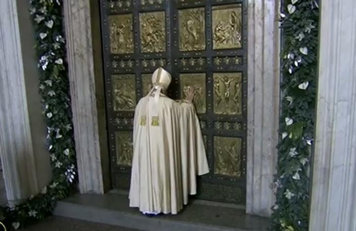 Giubileo aperta la porta santa il tweet del papa foto e - Apertura porta di roma ...