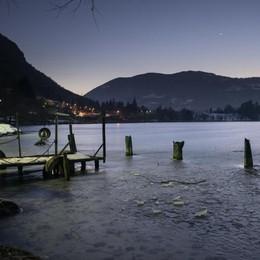 Inverno «timido»,  ghiaccio sottile La magia del lago diventa trappola