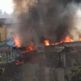 Albano, brucia un capanno Fiamme ed esplosione - Video