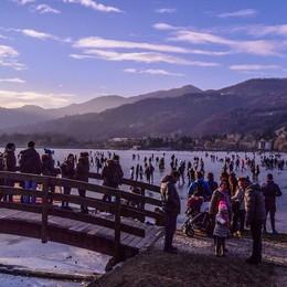 La meraviglia del lago ghiacciato ai giorni nostri