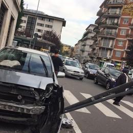 Via Baschenis, auto sul marciapiede Code in centro a Bergamo - foto