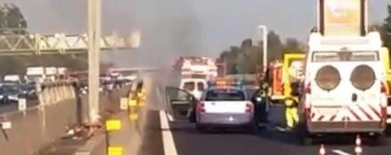 Auto in fiamme sull'autostrada A4 - Video 10 chilometri di coda verso Bergamo