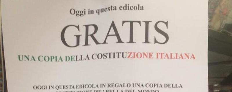 Edicola di Zogno regala la Costituzione «Leggetela, cambiarla non serve»