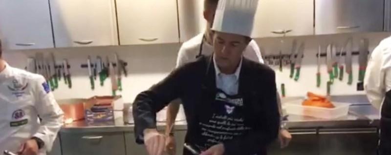 Il sindaco Gori in versione chef - Video In pentola l'amatriciana (solidale)