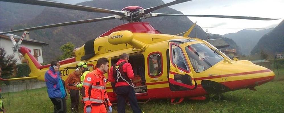 Elicottero Lecco : Montagna perdono l orientamento soccorsi con elicottero