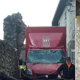 Tempi duri per i furgoni dei corrieri C'è chi ha tirato giù un arco del 1400