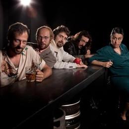 Strani (ma veri) «Animali da bar» in scena domenica ad Albano