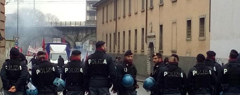 Corteo antifascista in centro a Bergamo Fumogeni e cori, il traffico va in tilt