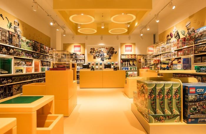 Ecco il primo negozio italiano le foto percassi taglia for Lago store bergamo