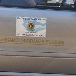 «Vivere un'aria migliore…pompe funebri» Gori fotografa un'auto comunale