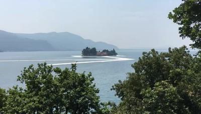 Continuano i lavori della passerella di Christo sul lago
