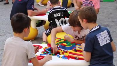 I Lego invadono piazza Santo Spirito Grandi e piccoli alle prese con i mattoncini
