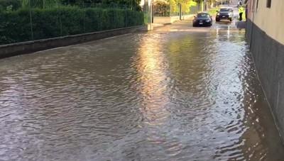 Fiume d'acqua in via Maironi da Ponte