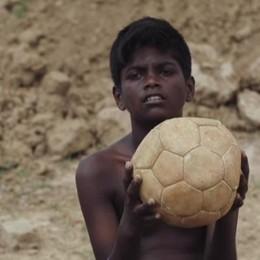 Kama, il bimbo dei mattoni che sogna la Champions - Video