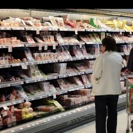 Sale il potere di acquisto delle famiglie ma spesa ferma, si punta al risparmio