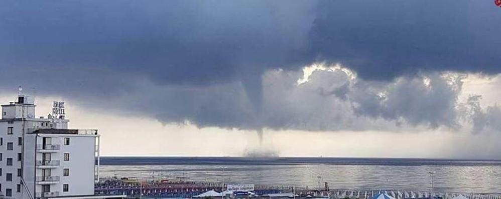 Trombe d aria fulmini e temporali nord e maltempo acqua - Condizionatore perde acqua dentro casa ...