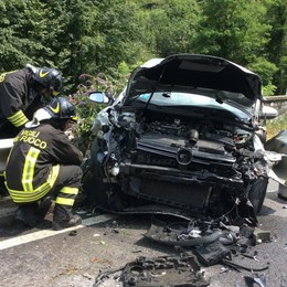 Semidistrugge l'auto e rifiuta le cure Incidente a Casnigo e traffico in tilt