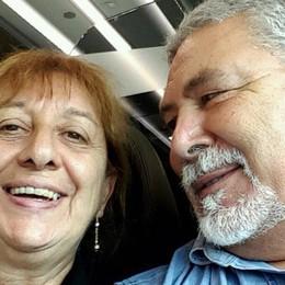 Uccisa in casa, indagato il marito «Fuggito un uomo incappucciato»