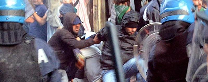 Bombe carta a Catania, Renzi contestato Paura per un giovane bergamasco