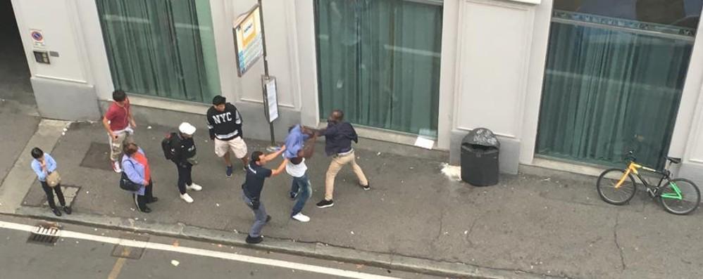 Rissa in pieno centro - foto e video Litigano in tre, arriva la polizia