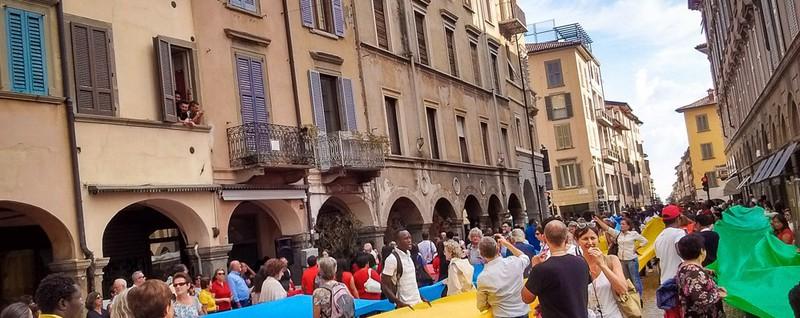 Giubileo dei migranti: «Creiamo la pace» Intreccio di popoli nel cuore di Bergamo