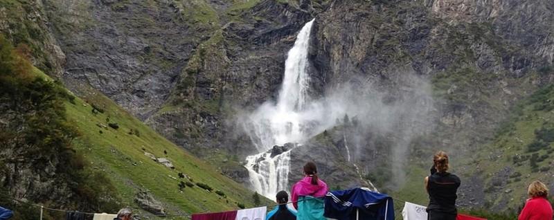 Lo spettacolo delle cascate del Serio In un migliaio in un giorno grigio - Video