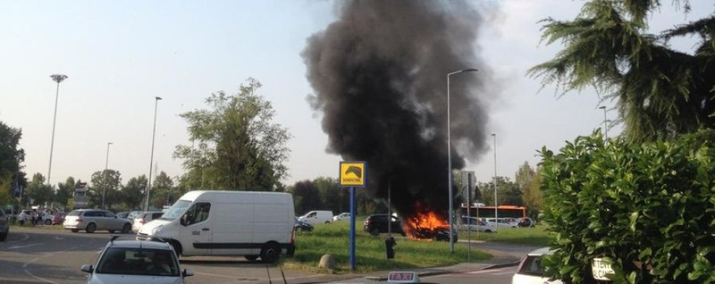 Auto in fiamme in via Carducci Coinvolta pure una bimba - Video