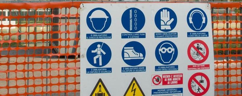 Piscine a secco: via alla demolizione Impresa bergamasca al lavoro a Paratico