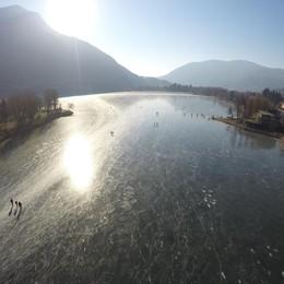 Parla l'uomo soccorso sul lago di Endine «Salvato dal ghiaccio, ma ci tornerò»