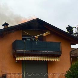 A fuoco il tetto di un appartamento Villongo, evacuata una famiglia - Video