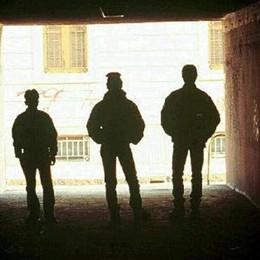 Gang in azione alla stazione  Calci e pugni ad un 26enne