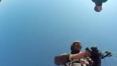 In volo con il parapendio   sul lago d'Endine ghiacciato
