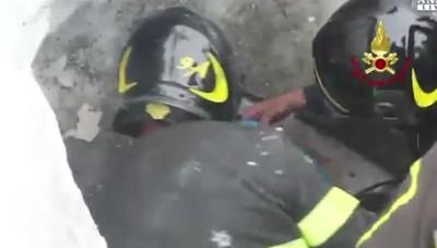 Madre e figlio estratti vivi dall'hotel La gioia dei vigili del fuoco – Video