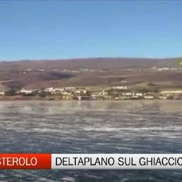 Monasterolo, deltaplano atterra sul lago ghiacciato