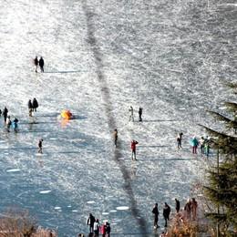 Nuovo atterraggio sul lago ghiacciato Ancora un parapendio – Il video