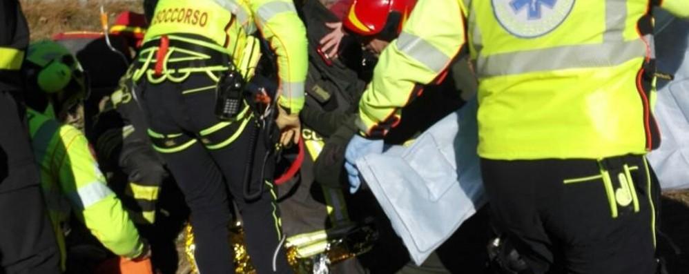 Stava pattinando, cade nel lago - foto In ipotermia un 51enne di Gaverina