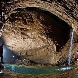 A caccia dell'oro blu nel Bueno Fonteno Nelle grotte   per studiare l'acqua - Video