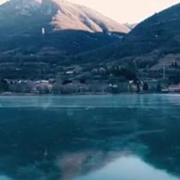 «Endine, il lago ghiacciato più bello» Parola di Viagginews. Un video col drone