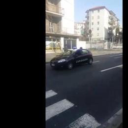 Inseguimento da film in centro a Bergamo Carabinieri in retromarcia – Il video