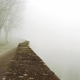 Foschia, clima uggioso e invernale Si aspetta la pioggia, mentre lo smog sale