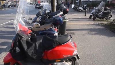 Sosta selvaggia dei motorini in Viale Papa Giovanni.