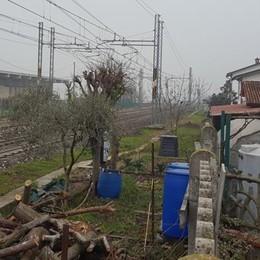 Treni a 5 metri da casa: «Da 7 anni   aspettiamo barriere anti rumore»