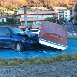 Sarnico, fuori strada alla rotatoria L'auto tampona il motoscafo Riva