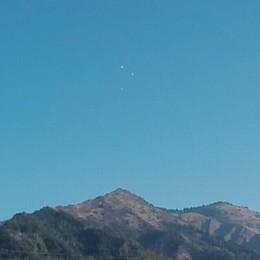 Strani oggetti nel cielo di Clusone «Qualcuno sa dirmi cosa sono?»